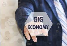 De zakenman kiest de JOLeconomie op het aanrakingsscherm stock afbeelding