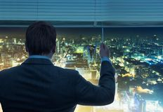 De zakenman kijkt door het venster royalty-vrije stock foto's