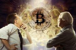 De zakenman kijkt op bitcoinmuntstuk royalty-vrije stock fotografie