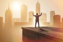 De zakenman klaar voor nieuwe uitdagingen in bedrijfsconcept royalty-vrije stock afbeeldingen
