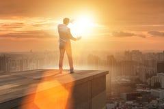 De zakenman klaar voor nieuwe uitdagingen in bedrijfsconcept stock fotografie