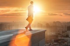 De zakenman klaar voor nieuwe uitdagingen in bedrijfsconcept stock foto's