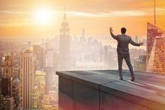 De zakenman klaar voor nieuwe uitdagingen in bedrijfsconcept royalty-vrije stock foto