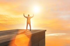 De zakenman klaar voor nieuwe uitdagingen in bedrijfsconcept royalty-vrije stock afbeelding