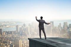 De zakenman klaar voor nieuwe uitdagingen in bedrijfsconcept stock afbeelding