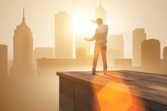 De zakenman klaar voor nieuwe uitdagingen in bedrijfsconcept royalty-vrije stock foto's