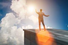 De zakenman klaar voor nieuwe uitdagingen in bedrijfsconcept stock afbeeldingen
