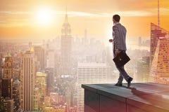 De zakenman klaar voor nieuwe uitdagingen in bedrijfsconcept stock foto