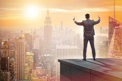 De zakenman klaar voor nieuwe uitdagingen in bedrijfsconcept royalty-vrije stock fotografie