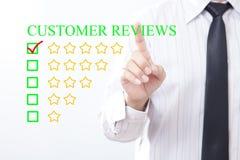 De zakenman klikt de OVERZICHTENbericht van de conceptenklant, gouden Vijf stock afbeelding