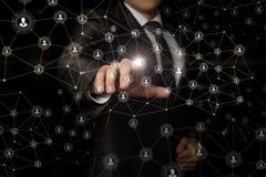 De zakenman klikt op avatar in het netwerk stock afbeelding