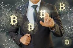 De zakenman klikt op bitcoin Royalty-vrije Stock Foto's