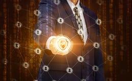 De zakenman klikt op de knoop beveiligt uw netwerk stock illustratie