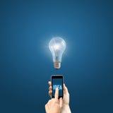 De zakenman klikt op de knoop de lamp van ideelichten royalty-vrije stock foto