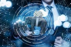De zakenman klikt op een olifant als gift royalty-vrije stock afbeelding