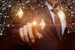 De zakenman klikt op ethereum stock afbeelding