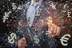 De zakenman klikt op het dollarsymbool op het achtergrondnetwerk Royalty-vrije Stock Afbeeldingen