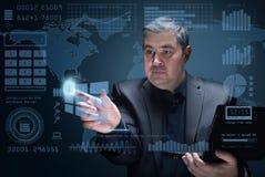 De zakenman klikt op het futuristische virtuele scherm royalty-vrije stock foto's