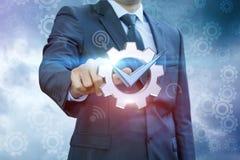 De zakenman klikt op het symbool van een goed uitgevoerde baan royalty-vrije stock foto