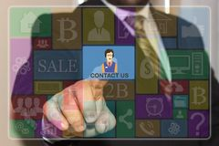 De zakenman klikt op de knoop van de Contactv.s. op het aanrakingsscherm royalty-vrije stock foto