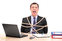 De zakenman klopte met kabel in het bureau royalty-vrije stock fotografie