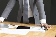 De zakenman in kostuum analyseert marktanalyse bedrijfsgrafiek Stock Afbeelding