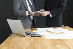 De zakenman in kostuum analyseert marktanalyse bedrijfsgrafiek Stock Fotografie
