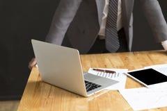 De zakenman in kostuum analyseert marktanalyse bedrijfsgrafiek Royalty-vrije Stock Afbeelding