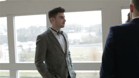De zakenman in kostuums en vlinderdassen bespreekt iets met onderneemster stock videobeelden