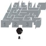 De zakenman kreeg probleem met het verwarren en status voor labyrint en komt oplossing te weten, op witte achtergrond wordt geïso Stock Foto