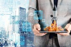 De zakenman lanceert raket van een tablet concept bedrijfopstarten Stock Fotografie