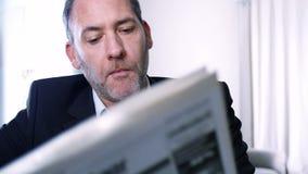 De zakenman leest kranten Stock Foto's