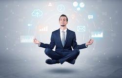 De zakenman levitatie ondergaat met het concept van de gegevensomloop stock foto