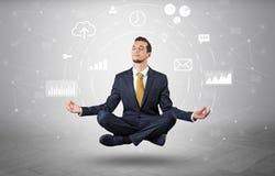 De zakenman levitatie ondergaat met het concept van de gegevensomloop stock afbeeldingen