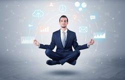 De zakenman levitatie ondergaat met het concept van de gegevensomloop stock foto's