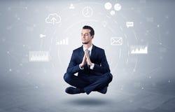 De zakenman levitatie ondergaat met het concept van de gegevensomloop stock afbeelding
