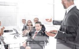 De zakenman maakt een presentatie van een nieuw project in een modern bureau royalty-vrije stock foto