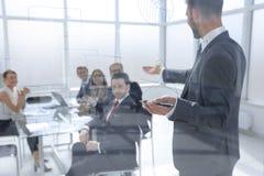 De zakenman maakt een presentatie van een nieuw project in een modern bureau stock afbeeldingen