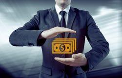 De zakenman maakt geld en bespaart geld op de virtuele schermen Zaken, technologie, Internet, concept Stock Afbeelding