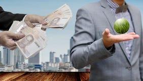 De zakenman maakt het landbouwbedrijfproject van de geld fropm wind in hand royalty-vrije stock foto