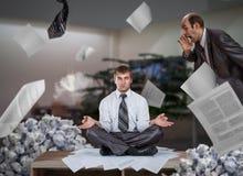 De zakenman mediteert onder stapels van rapporten stock foto's