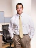 De zakenman met dient zakken in Stock Foto