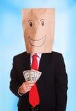 De zakenman met een document zak met glimlach op hoofd houdt geld in zijn hand Stock Afbeelding