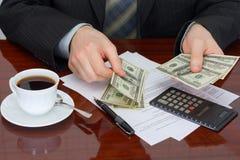 De zakenman met geld stock fotografie