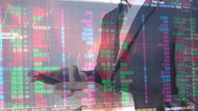 De zakenman met de grafiek van de gegevensanalyse van effectenbeurs investmen, beurs en effectenbeursgegevens concep stock videobeelden