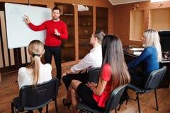 De zakenman met haar personeel, mensen groepeert zich binnen op achtergrond op modern helder kantoor stock afbeeldingen
