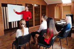 De zakenman met haar personeel, mensen groepeert zich binnen op achtergrond op modern helder kantoor stock afbeelding