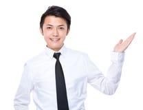 De zakenman met hand toont met leeg teken Stock Fotografie