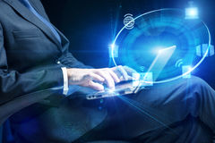De zakenman met laptop in de gegevensverwerking van concept royalty-vrije stock fotografie