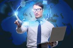 De zakenman met laptop in de gegevensverwerking van concept stock foto's